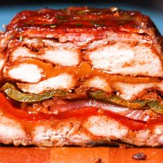 This layered BBQ chicken roast in bacon coat is the wet dream of all meat lovers! The post BBQ chicken roast in bacon coat appeared first on Food Monster. Chicken Loaf, Chicken Wraps, Bbq Chicken, Breaded Chicken, Grilling Recipes, Crockpot Recipes, Chicken Recipes, Cooking Recipes, Proper Tasty