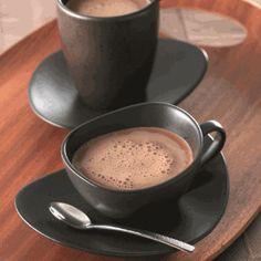 180 grama(s) de chocolate ao leite em pedaços 200 mililitro (ml) de leite integral 200 mililitro (ml) de creme de leite fresco 100 grama(s) de polpa de maracujá Aqueça a polpa de maracujá. Em outra vasilha, aqueça o leite e o creme de leite. Junte os três ingredientes e mantenha sobre o fogo até levantar fervura. Verta o líquido sobre o chocolate e mexa até derreter completamente. Se precisar, use um mixer para homogeneizar a mistura. Sirva em uma xícara previamente aquecida.