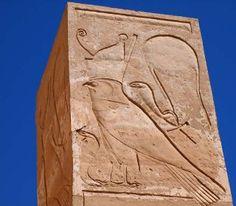 DER HORUSFALKE MIT DER KÖNIGSKOBRA TEMPEL DER HATSCHEPSUT IN DEIR EL BAHARI NEUES REICH, 18. DYNASTIE