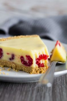 White Chocolate Raspberry Tart - A deliciously rich and creamy no-bake white chocolate tart recipe that is stuffed full of fresh raspberries, and has a sweet digestive biscuit crust! Tart Recipes, Cheesecake Recipes, Baking Recipes, Dessert Recipes, Cold Desserts, Sweet Desserts, Delicious Desserts, Chocolate And Raspberry Tart, Raspberry Tarts