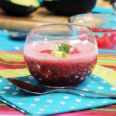 Melónové gazpacho: Zabudnite na studenú polievku z paradajok! Odteraz budete milovať melónovú! Melón nakrájajte na kocky a vhoďte do mixéra. Pridajte šálku čučoriedok, jednu nakrájanú uhorku, pár lyžíc červeného vína, čerstvú mätu a bazalku, trochu nakrájanej červenej cibule a kúsok čili papričky. Rozmixujte, osoľte, okoreňte a podávajte studené. Je to mňam!