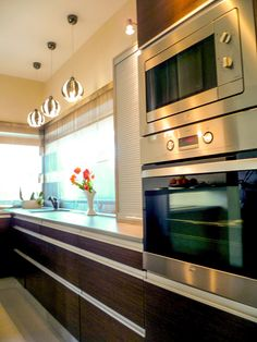 Modern konyhabútor fogantyú nélküli konyha vagyis élbart alumínium fogantyúval, redőnyös ajtóval zárt szekrénnyel   #konyha #konyhabútor #egyedikonyha #modernkonyha #kitchendesign #kitchen #modernkitchen #kitchenfurniture #uniquefurniture #mik #kitchenled #küchenmöbel #küche #küchenmöbelhersteller #einzigartigeküche #modernhome Wall Oven, Modern, Kitchen Appliances, Home, Diy Kitchen Appliances, Trendy Tree, Home Appliances, Ad Home, Homes