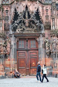 """Der Straßburger Münster, auf französisch: Cathedrale, wurde vom 12.  bis 15. Jahrhundert erbaut und durchwanderte mehrere Stilepochen während der Bauzeit. Man könnte auch sagen: """"Die Unvollendete"""" da sie nur einen vollendeten Turm hat."""