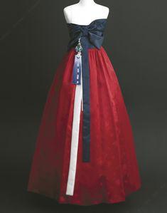 색다른 디자인의 드레스를 찾는 신부를 위해 지어진 한복 드레스.청파랑 치마와 투명한 듯 얇은 모시 저고리가 요염한 자태를 선보인다. 한복 진주상단(02-543-4161) 포토그래퍼 박주면 2008.12.19(금)~21(일) SE..
