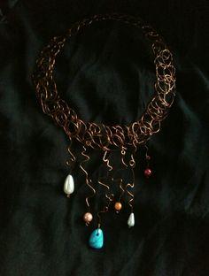 Collar de malla de hilo de cobre con colgantes de falsas perlas en diferentes colores y tamaños y una turquenita, de Universo Solariana.
