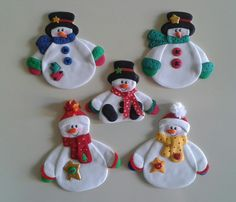 Muñecos de nieve_Imánes para decorar la nevera, elaborados con foamy. Felt Christmas Decorations, Christmas Ornaments To Make, Christmas Wood, Felt Ornaments, Christmas Snowman, Christmas Projects, Christmas Stockings, Snowman Crafts, Felt Crafts