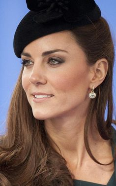 The Duchess of Cambridge wearing green amethyst and diamond oval drop earrings by Kiki McDonough at a royal visit to Leicester in Kate Middleton Makeup, Princesse Kate Middleton, Kate Middleton Outfits, Kate Middleton Style, Pippa Middleton, Prince William And Catherine, William Kate, Royal Jewelry, Royal Fashion