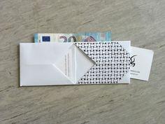 Portemonnee, visitekaartjeshouder of cadeaukaartverpakking... je vouwt hem zelf in elkaar met deze leuke werkbeschrijving van Robeenya.