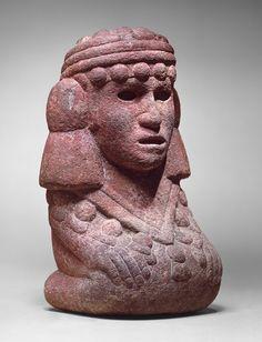 Figura de piedra basáltica representando a Chalchihuitlicue, en lengua nahuatl: La de la Falda de Jade; deidad de las aguas mansas (Del agua horizontal). Fue una de las figuras femeninas más importantes vinculada al líquido en la cultura mesoamericana. Chalchiuhtlicue fue considerada también como la más importante protectora de la navegación costera en el México antiguo. Cultura Mexica/azteca. Período Posclásico. Tenochtitlan, México. mcba.