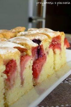Przyjemność z pieczenia: Puszysty placek z truskawkami i borówkami