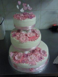 Wedding cake with marguerites