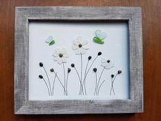 Cette pièce sans cadre d'art de galet est faite sur une 8 par 10 panneau de toile. Il dispose de cueillies fleurs en verre de mer et des papillons à la main. J'ai montré une photo de ce qu'il ressemble à encadré. Un joli cadre rustique sans verre ajoute à la sensation naturelle et la