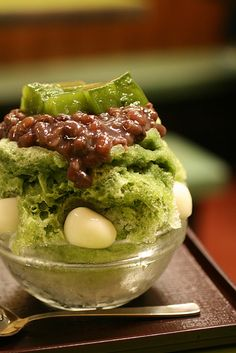 Ujikintoki (shaved ice with matcha syrup and azuki bean jam) Japanese sweets, Kyoto, Japan 宇治金時カキ氷 Mochi, Japanese Sweets, Japanese Food, Japanese Taste, Asian Desserts, Asian Recipes, Sushi Recipes, Japanese Shaved Ice, Gourmet