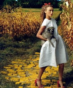 """Keira Knightley as Dorothy meets the Scarecrow in """"The Wizard Of Oz"""" fashion spread, Vogue Magazine, December 2005 - (photo credit: Annie Leibovitz)"""