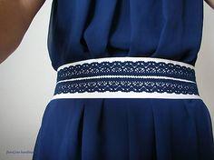 Čipkovaný opasok Textilný opasok bielej farby s modrou čipkou, na zaviazanie. Farebnú kombináciu a veľkosť možno urobiť podľa želania. 18e