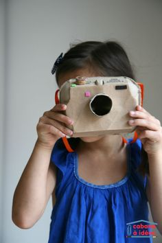 Quand on a un peu plus de temps, on recycle pour fabriquer des objets. Le dernier en date : un appareil photo que l'on a fabriqué dans une boite d'oeuf. C'est pratique, c'est le bon format pour simuler un appareil photo reflex ! Et on a fouillé dans la poubelle de recyclage pour bricoler l'objectif, le bouton sélecteur, la bandoulière...