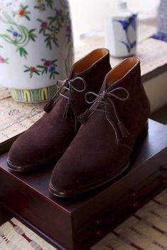 Chukka boots is a variation of the desert boot used by the British soldiers in Africa and the Middle East in the Second World War. El modelo Chukka de botas es una variación de la bota de desierto...