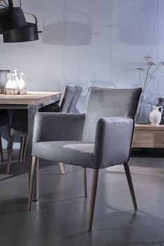 Grijze stoffen eetkamer stoel Cube met ronde houten poten - Woonwinkel Alle Pilat