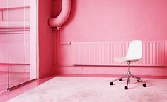 A beautiful balance of pink and white created by chic pink painted walls and the Form swivel chair in white and aluminium. Pure Home, Scandinavian Office, Cole And Son, Pink Room, Home Living, Swivel Chair, Color Trends, Modern Interior, Simple Designs