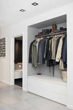Garderobe Flur Spacious ideas for house interior design: curtains clothes rail ga # wardrobe # hallw Teal Living Rooms, Home And Living, Rideaux Design, Muebles Living, Clothes Rail, Home Interior Design, Furniture Decor, Interior Inspiration, Storage Spaces