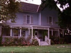 Favorite tv show ever: Gilmore Girls. TV house that I (sometimes unconsciously) try to imitate in my decorating: Lorelei Gilmore's.