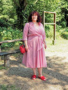 Vichykaro Sommerkleid mit roten Pantoletten im 50plus Mode- und Lifestyle Blog