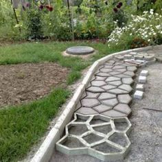 Front yard design ideas on how to design the front yard - do it yourself - DIY Plastic Concrete Path Maker – Modern Online Market – Do It Yourself - Garden Paving, Garden Stepping Stones, Garden Paths, Concrete Path, Concrete Garden, Brick Pathway, Concrete Molds, Concrete Driveways, Stone Walkway
