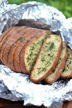 Kesään kuuluu ehdottamasti grillileipä. Yrtti-valkosipulivoi antaa grillileivälle mahtavasti makua. Sormet ja suu meinaavat usein palaa, kun ei maltaodottaa tarpeeksi kauan grillileivän jäähtymistä. Tällä kertaa tein grillileivän viipaloidusta leivästä ja grillileipä onnistui todella hyvin, kun voin... Summer Recipes, Great Recipes, Snack Recipes, Cooking Recipes, Favorite Recipes, Snacks, Savory Pastry, Street Food, Finger Foods