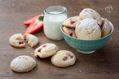 I biscotti morbidi alle fragole sono dei dolci frollini con una sottile crosta esterna e un ripieno soffice. Perfetti da gustare con una tazza di tè! Cookie Bars, Christmas Cookies, Italian Recipes, Biscuits, Ice Cream, Homemade, Baking, Dinner, Vegetables