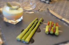 J'aime beaucoup l'association asperges et chorizo. J'ai fait une entrée composée en brodant autour de cette association : des verrines, des mini-brochettes chorizo asperges et des asperges natures avec un trait de crème balsamique. Pour 4 belles verrines...