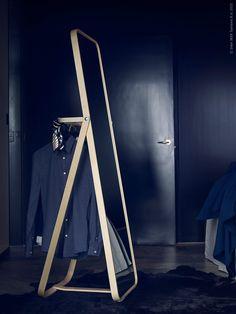 Med sitt moderna uttryck och platssmarta funktioner blir speglarna IKORNNES i ljus ask två välkomna nyheter i oktober. Den stilrena skandinaviska designen av Ola Wihlborg visar höstens garderob från sin allra bästa sida.