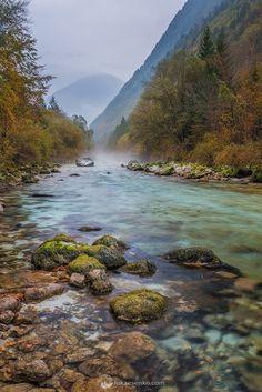 Soca rivière à l'automne dans les Alpes. © Copyright Luka Esenko Photography