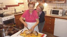 Mama Friedrich und Tochter Uli mit dem sagenhaften Schweinsbraten