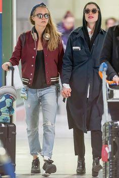 Кара Делевинь и Энни Кларк в аэропорту Парижа