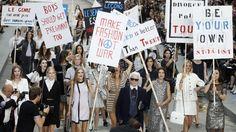 Protestmarsch statt Modelpose! Das Video zu Karl Lagerfelds inszenierter Demonstration bei der Fashion Week Paris Frühling/ Sommer 2015 gibt es bei ICON online: http://www.welt.de/videos/article132775129/Protestmarsch-statt-Modelpose.html