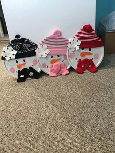 Did these a couple years ago. Simple pizza Pan painted and decorated. Dollar Tree Christmas, Christmas Ornament Crafts, Dollar Tree Crafts, Snowman Crafts, Diy Christmas Gifts, Christmas Projects, Christmas Art, Winter Christmas, Holiday Crafts