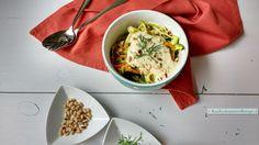 Zowat uitsluitend groente wat er op je bord ligt! Pasta van courgette en wortel, met belachelijke lekkere venkelsaus is een supergezonde maaltijd!