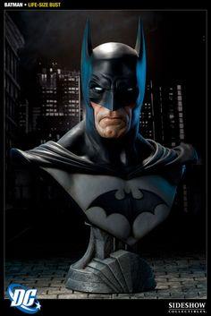 DC Comics buste 1/1 Batman 74 cm (SS400112)    Buste en résine à l´échelle 1/1 dimensions env. 74 x 55 x 20 cm avec socle décor. Modèle au niveau de détail exceptionnel, fini et peint à la main en édition limitée numérotée.    Disponibilité prévue : 01/2013