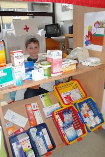leuke apotheek voor thema dokter nice pharmacy for doctor& theme Doctor Role Play, Role Play Areas, Dramatic Play Centers, Kindergarten Centers, Play Centre, Reggio Emilia, Preschool Classroom, Pretend Play, Kids Playing