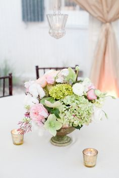 #hydrangea, #garden-rose, #centerpiece  Photography: Gayle Brooker Photography - gaylebrooker.com Event Design + Coordination: Southern Protocol - southernprotocol.com/ Floral Design: Charleston Stems - charlestonstems.com/  Read More: http://www.stylemepretty.com/2013/07/08/charleston-wedding-from-gayle-brooker/