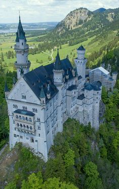 Voyager ©: Neuschwanstein Castle in Bavaria in Germany - 'Mad' King Ludwig II had it built. Beautiful Castles, Beautiful Buildings, Beautiful Places, Chateau Medieval, Medieval Castle, Castle Ruins, Castle House, Places Around The World, Around The Worlds