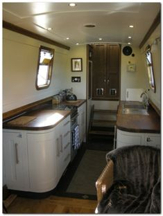Houseboat Design Ideas (104) Narrowboat Kitchen, Narrowboat Interiors, Canal Boat Interior, Yacht Interior, Sailboat Interior, Mini Loft, Canal Barge, Dutch Barge, Houseboat Living