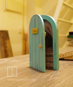 Fabricando puerta para el ratoncito Pérez de color verde claro. Dibujo imitando la veta de la madera e ilustración de cueva en su interior. Con saquito para dejar el diente de leche. Hecha a mano en el taller de La iluminista.