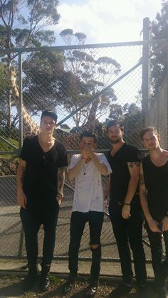 When The 1975 saw giraffes and Matty got all excited. This is so fricking cute