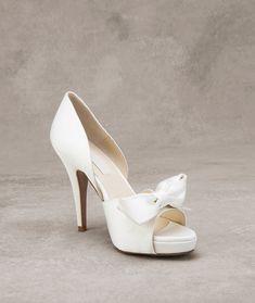 De la nota: Zapatos de novia 2016: La sutil elegancia de Pronovias (con precios)  Leer mas: http://www.hispabodas.com/notas/2855-zapatos-de-novia-2016-pronovias