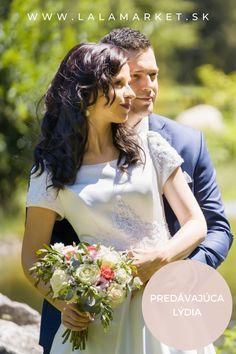 Cena: 230 € Silueta: A-Línia Veľkosť na štítku: 36 (EU) Značka/dizajnér: Nešpecifikované Stav: Použité (oblečené na svadbe) Silhouettes, One Shoulder Wedding Dress, Wedding Dresses, Fashion, Bride Dresses, Moda, Bridal Gowns, Fashion Styles, Weeding Dresses