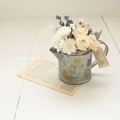 fleurs des champsブリキの古びたカップにプリザのバラ、カスミソウとドライの小花をあしらいました野の花を摘んで活けたようなナチュラルなアレンジメ...|ハンドメイド、手作り、手仕事品の通販・販売・購入ならCreema。