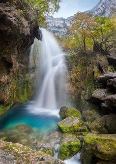 """River Urederra in URBASA (Navarra, Spain)    http://nacedero-rio-urederra.blogspot.com.es  La Ruta de las Cascadas de Baquedano. Nacedero del Río Urederra es el """"Paraíso del Agua"""". Es una Reserva Natural. Tienes 2 Cascada principales. """"La Cascada del Elefante y la Cascada del Tubo""""  www.casaruralnavarra-urbasaurederra.com  http://www.nacedero-riourederra.com"""