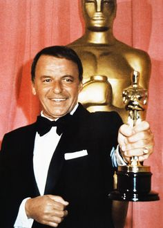 Frank Sinatra at the Oscars with his Jean Hersholt Humanitarian Award, 1971 Golden Age Of Hollywood, Classic Hollywood, Old Hollywood, Hollywood Icons, Hollywood Glamour, Hollywood Stars, Ingmar Bergman, Actor Studio, Best Supporting Actor