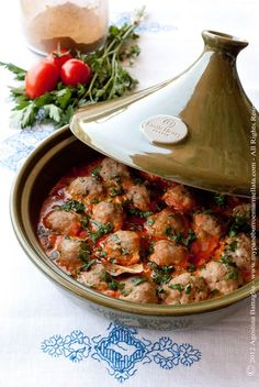 Kofta Tajine (spiced Meatballs with Ra's el-hanout) (in Dutch) 500 gr lamsgehakt 2 uien, fijngesneden 2 teentjes knoflook 4 vleestomaten Tajin Recipes, Meat Recipes, Indian Food Recipes, Cooking Recipes, Healthy Recipes, Ethnic Recipes, Tagine Cooking, Moroccan Dishes, Spicy Meatballs